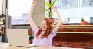 工作在她的书桌的偶然女实业家 影视素材