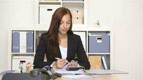 工作在她的书桌的女商人 股票录像