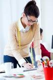 工作在她的办公室的两名年轻女实业家 免版税库存图片