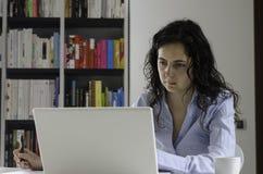 工作在她的办公室的女实业家 免版税库存图片