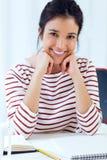 工作在她的办公室的年轻女实业家 库存图片