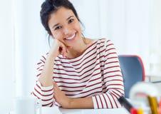 工作在她的办公室的年轻女实业家 免版税库存照片