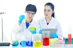 工作在实验室的医疗工艺师 免版税图库摄影