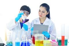 工作在实验室的医疗工艺师 库存图片