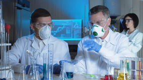 工作在实验室的小组化学家 影视素材