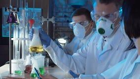 工作在实验室的小组化学家 股票视频