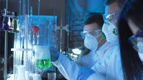 工作在实验室的小组化学家 股票录像