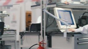 工作在实验室的电子工程师 坐在桌上和研究计算机的工程师 办公室概要 股票视频