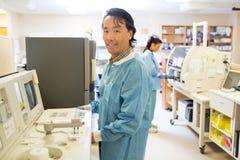 工作在实验室的男性科学家 库存照片