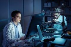 工作在实验室里的工程学队 库存图片