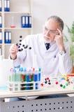 工作在实验室里的老男性化学家 图库摄影