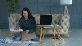 工作在家庭办公室的体贴的女实业家 影视素材