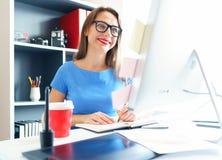 工作在家庭办公室的媒介工作者 免版税图库摄影