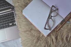 工作在家 自由职业者的工作的舒适地方 免版税库存照片