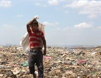 工作在尼加拉瓜转储的一个年轻男孩的画象生存 库存照片