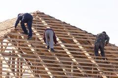 工作在屋顶的工作者 免版税库存图片