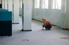 工作在屋顶设施的外籍工人 免版税库存照片