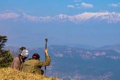 工作在山顶部的两个人 免版税库存图片