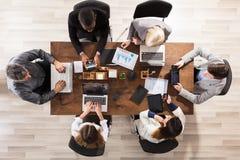 工作在工作场所的企业同事 免版税库存照片