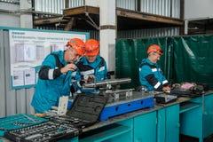 工作在工厂的技术员 免版税库存照片