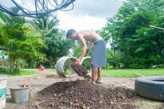 工作在庭院里的人在铁锹开掘帮助下 免版税库存图片