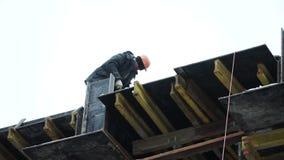 工作在建造场所的建筑工人 夹子 雇员在建造场所工作 股票录像