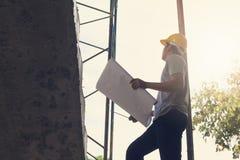工作在建造场所的建筑概念、工程师和建筑师 免版税库存照片