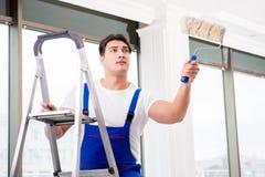 工作在建造场所的画家安装工 免版税库存照片