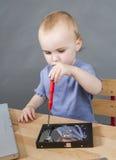 工作在开放硬盘驱动器的幼儿 免版税库存图片