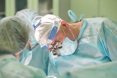 工作在患者的外科医生在hospita的医疗过程期间 免版税库存照片