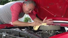 工作在慢动作的被恢复的汽车的退休的老人 影视素材