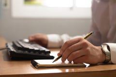 工作在房子里的悦目年轻人企业家画象  免版税图库摄影