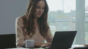 工作在手提电脑的女商人 聊天在笔记本的愉快的人 股票录像