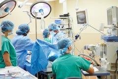 工作在手术室的外科医疗队 免版税库存照片