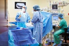 工作在手术室的外科医疗队 库存照片