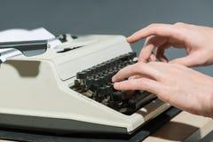 工作在打字机关闭  免版税图库摄影
