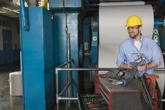 工作在报纸工厂的人 免版税库存照片