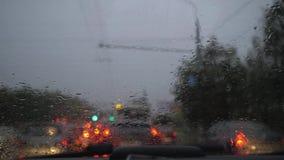 工作在挡风玻璃的汽车刮水器 一个充分的洗涤周期 汽车在交通 4k慢动作 影视素材