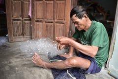 工作在捕鱼网的工匠在越南村庄 免版税库存照片