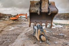 工作在提取石头的路的建筑在一辛苦铁锹和挖掘机的锤子的冬天workDetail 免版税图库摄影