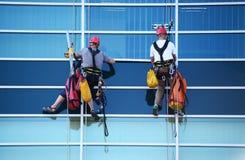 工作在摩天大楼的高度的两名建筑工人 库存照片