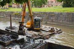工作在撒粉瓶清除底部运河 库存图片