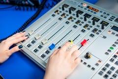 工作在收音机的Dj 免版税库存图片