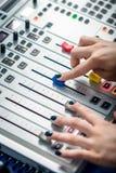 工作在收音机的Dj 免版税库存照片