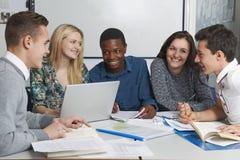工作在教室的小组少年学生 免版税库存图片