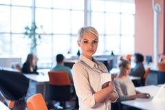 工作在数字式片剂的妇女在夜办公室 库存图片