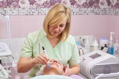 工作在整容术诊所的妇女 免版税库存照片