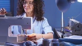 工作在新的命令的快乐的裁缝使用一台缝纫机 缝合的事务 股票视频
