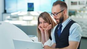 工作在新的想法软件的发展的雇员在一个现代设计办公室 未来技术概念 股票视频