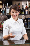 工作在旅馆酒吧的微笑的女孩 库存图片